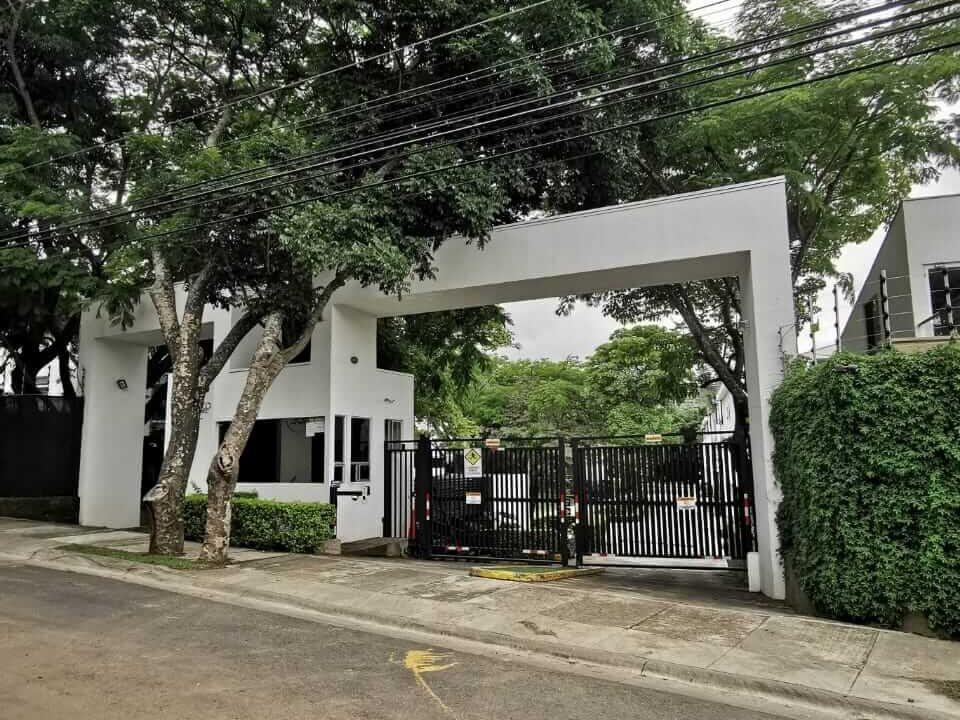entrada-principal-condominio-paseo-del-sol-santa-ana-premier-propiedades (1)