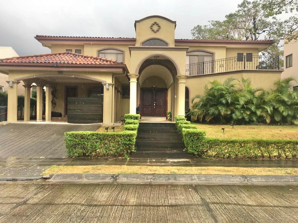 SE VENDE Casa en Bosque Dorado, Piedades de Santa Ana.