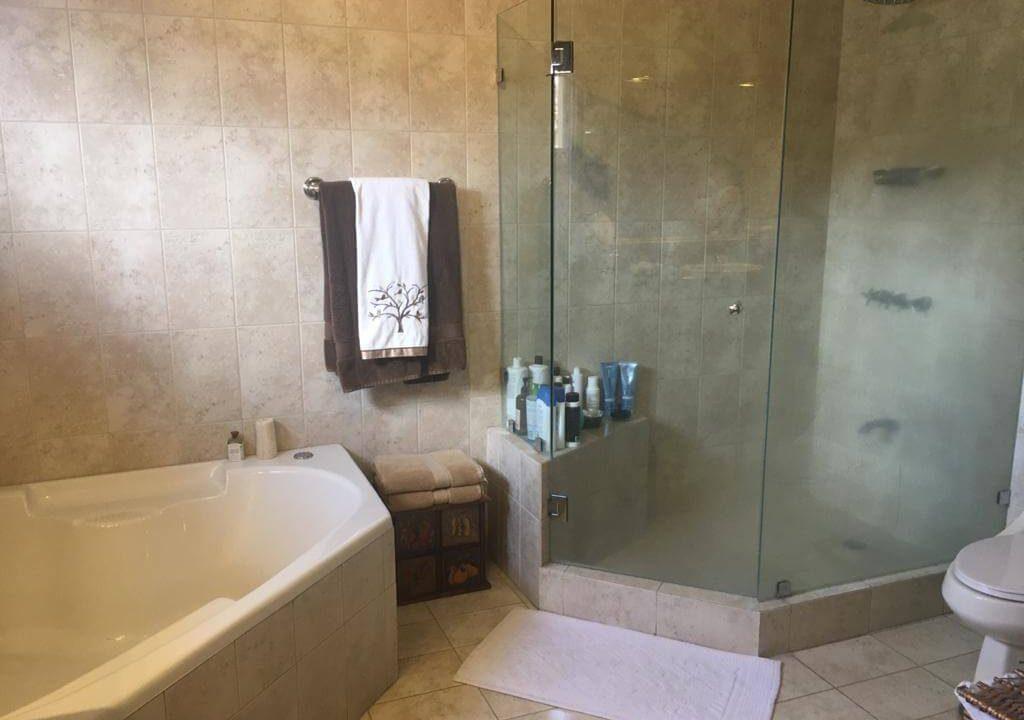 venta-casa-en-Condominio-Montemar-Urbanización Loma Real-guachipelin-escazu-premier-propiedades (2)