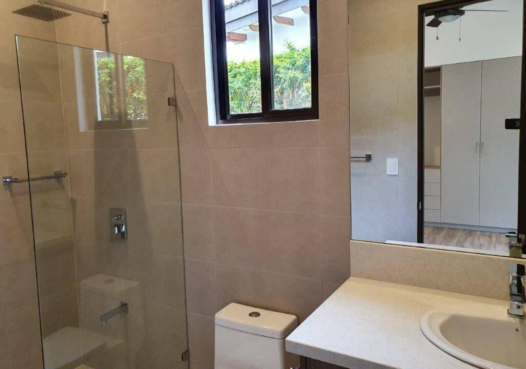 venta-casa-una-planta-santa-ana-piedades-hacienda-del-bosque-premier-propiedades (39)