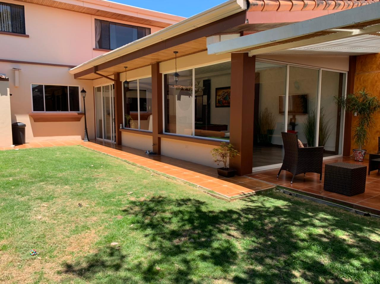 Se vende Casa en Laureles Escazú