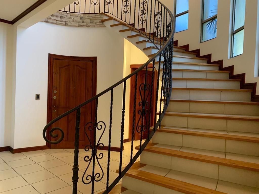 Alquiler Casa independiente en residencial los Laureles Escazú