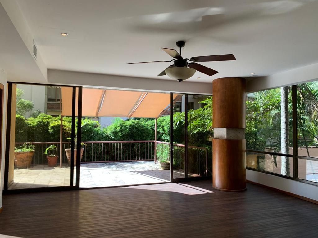 Venta de Amplio Apartamento por el Country Club, Escazú