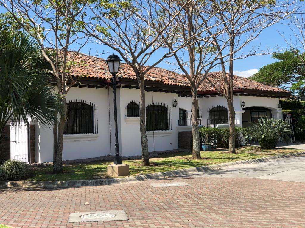 Amplia y exclusiva casa de una planta en Condominio-Posada-del-Sol-Lindora-Santa Ana.